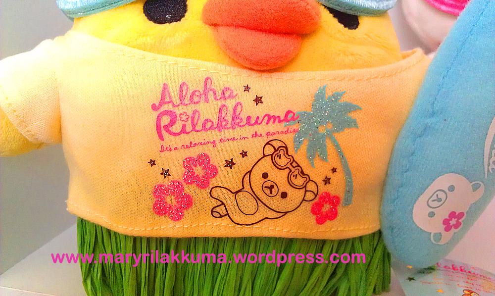 Kiiro's cute shirt!  Rilakkuma's wearing the same thing!  And I love their grassy/straw-textured green Hawaiian skirts!  So authentic!!!!